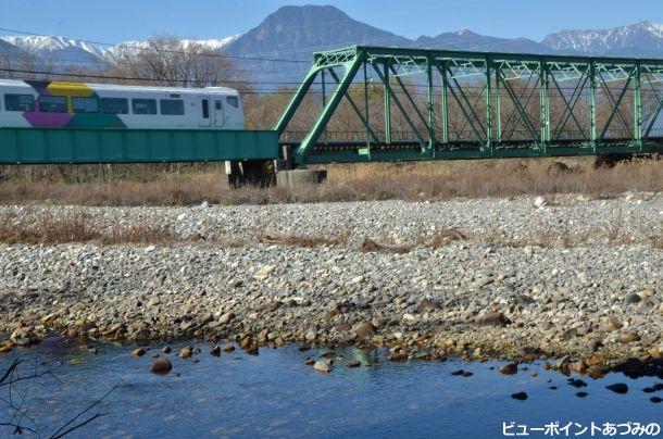 穂高川を渡る