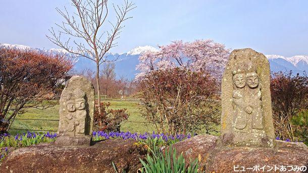 水色の時道祖神と桜