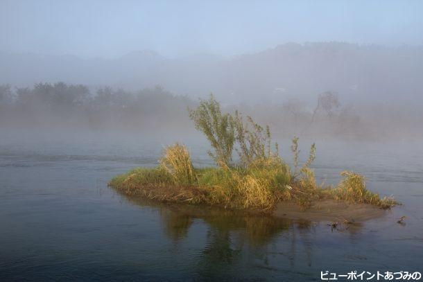 朝もやに霞む犀川