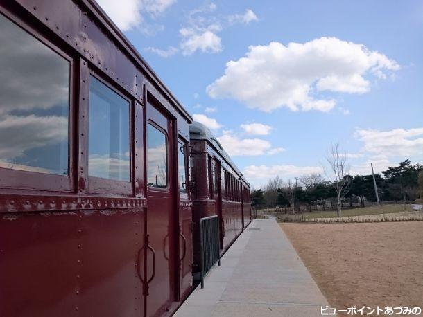 旧型電車と空