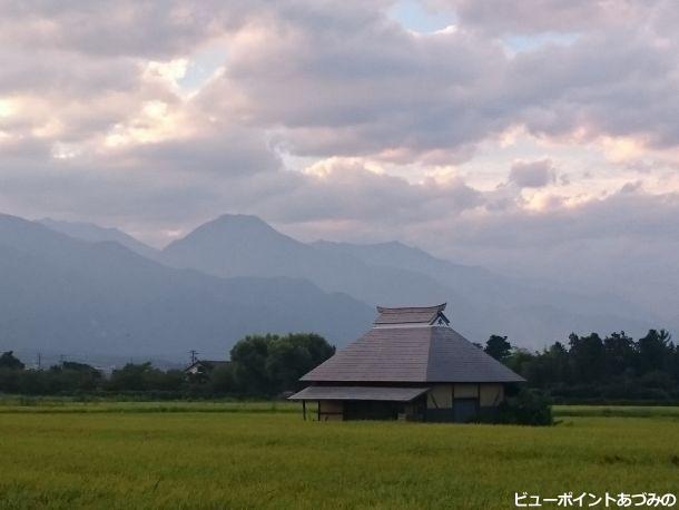 茅葺民家と信濃富士