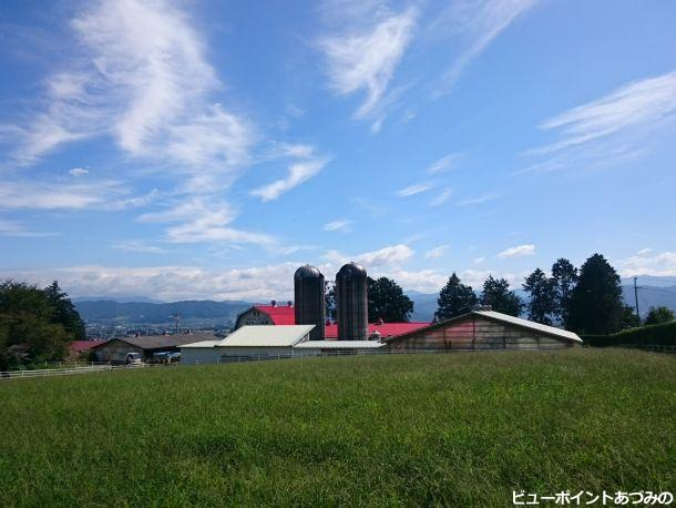 赤い屋根の牧場と秋空