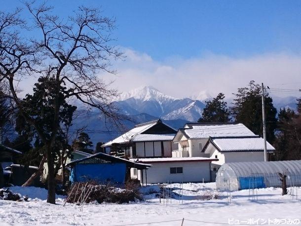 雪の屋敷林と常念岳