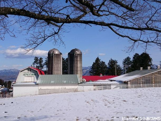 赤い屋根の牛舎