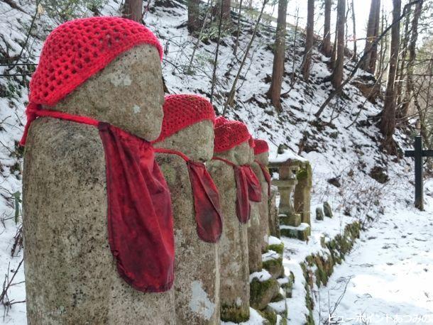 雪に佇む赤地蔵