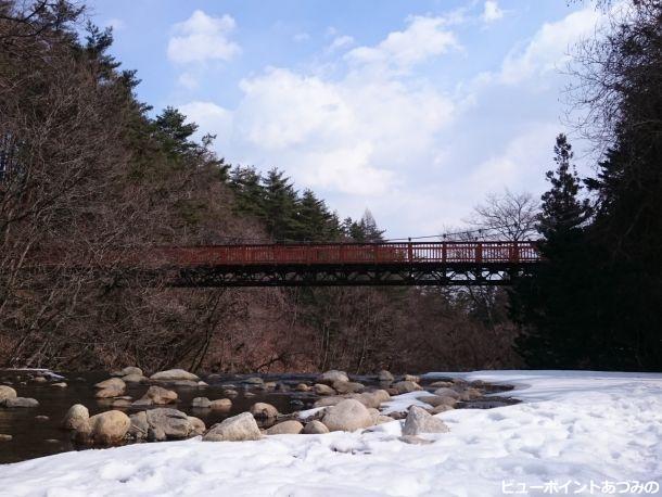 雪のつり橋