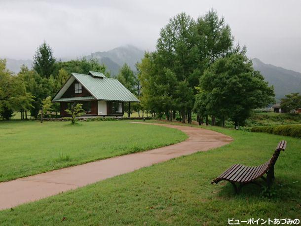 芝生と黒姫山荘