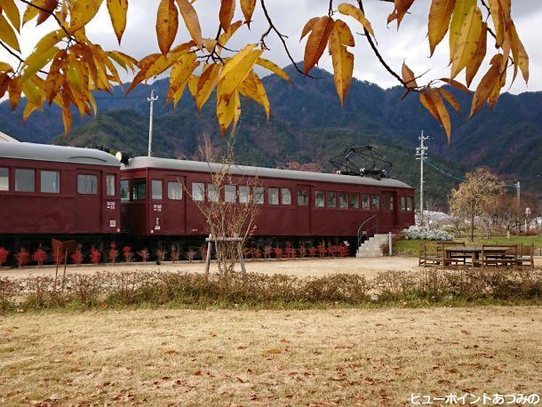 晩秋のレトロ電車
