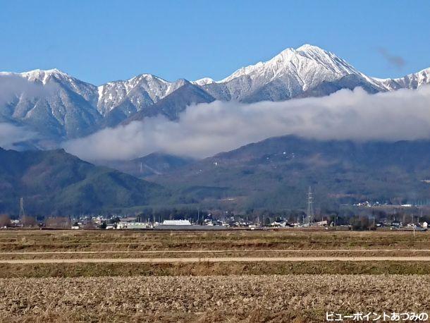 たなびく雲と常念岳