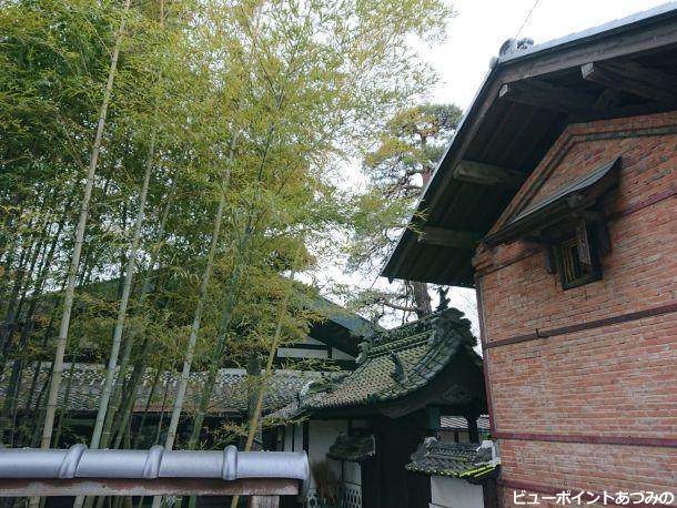 竹林と煉瓦土蔵