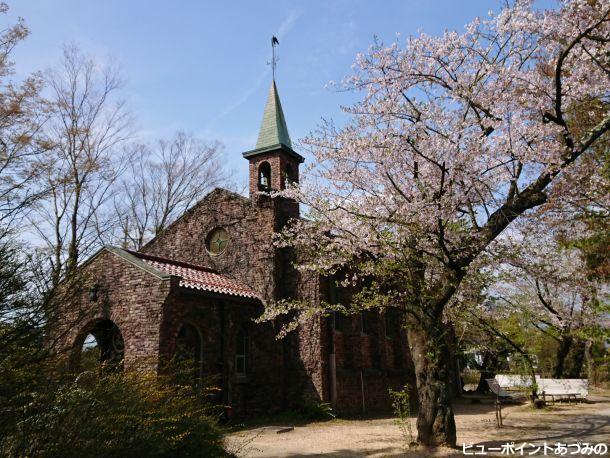 煉瓦造の碌山館と桜