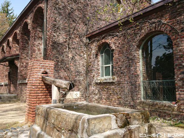 煉瓦のアーチと井戸