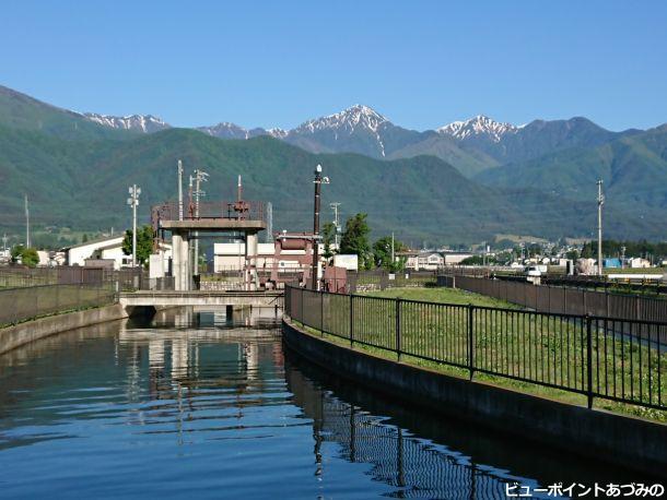 拾ヶ堰の水門と常念岳