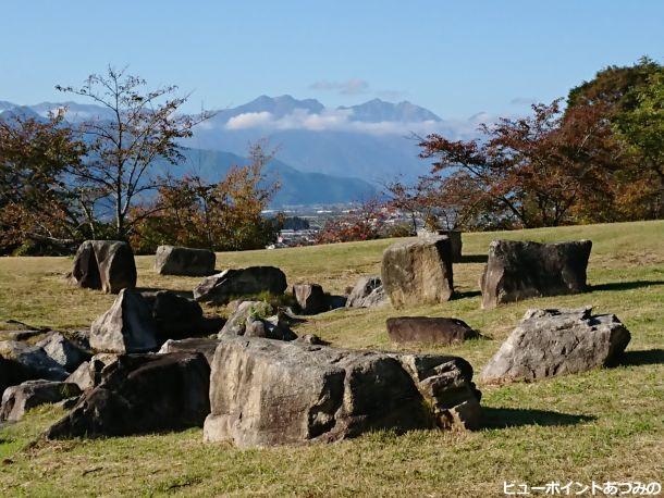 巨石と後立山連峰