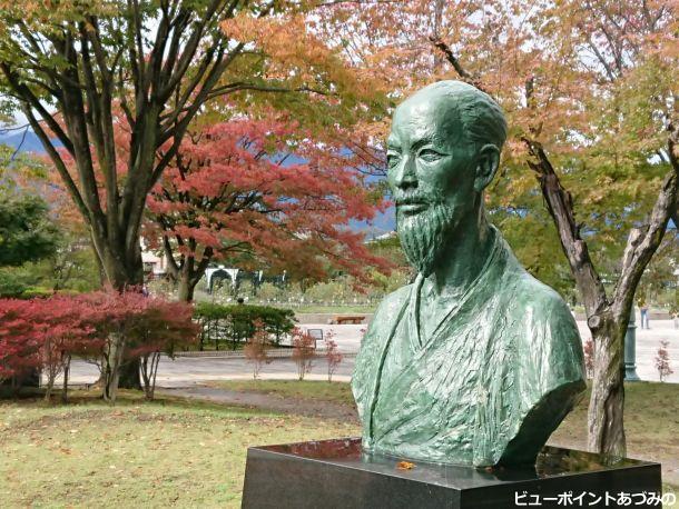 藤森桂谷像と紅葉