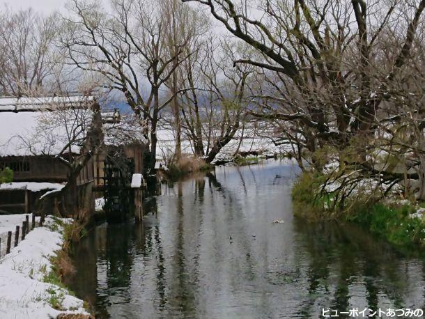 名残雪の水車小屋