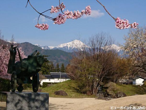 桜と土蔵と常念岳