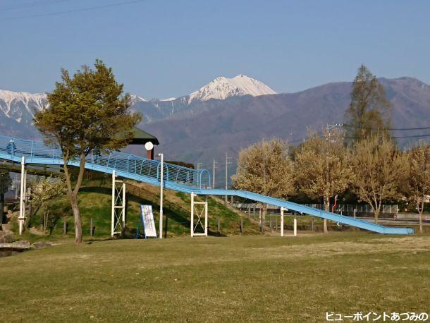 滑り台と常念岳