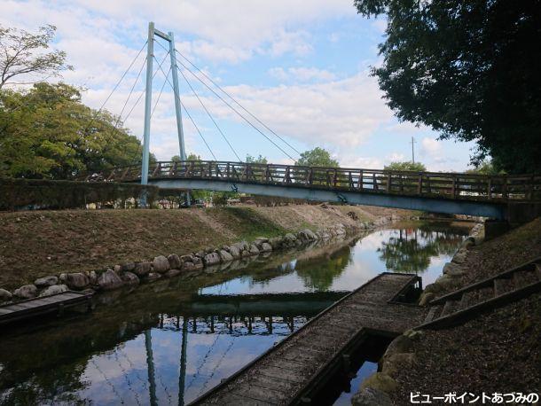湧水と吊り橋