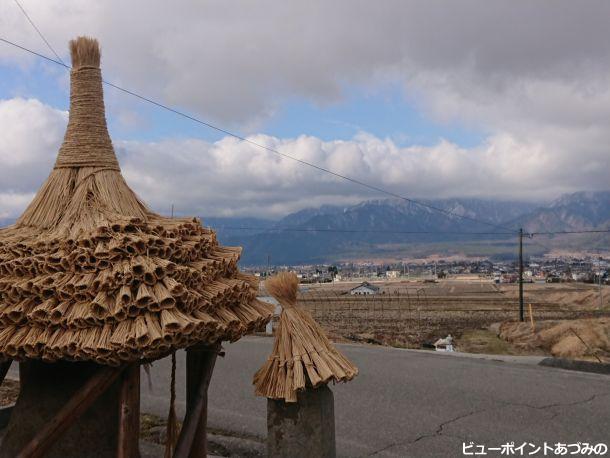 藁屋根と田園