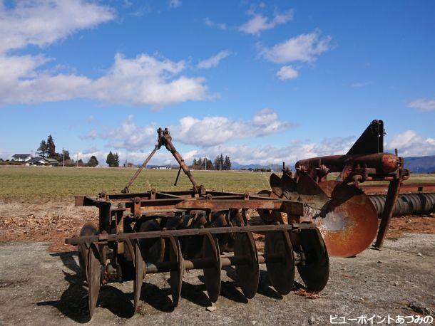 農機具と青空
