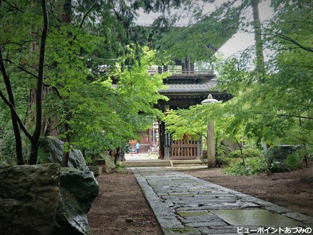 石畳と鐘楼門