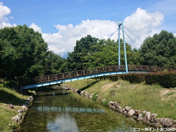 吊り橋と湧水路