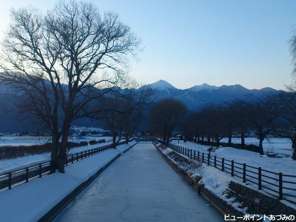 雪の拾ヶ堰と常念岳