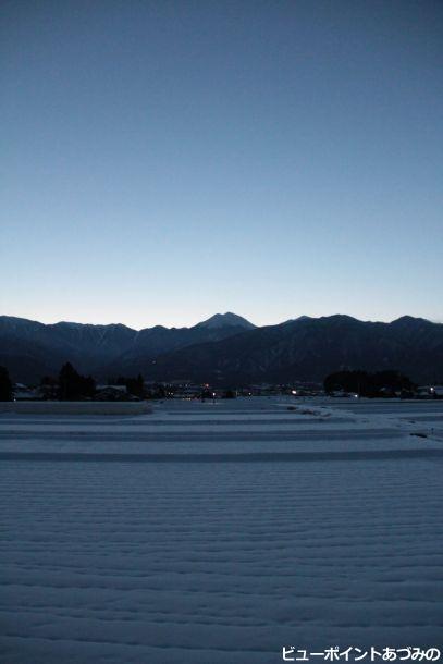 雪の畑と宵の常念