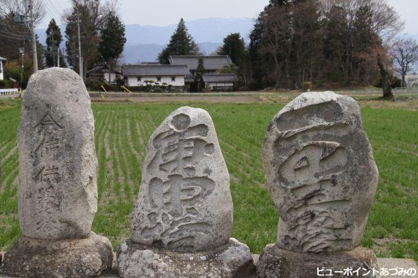 石像物と民家