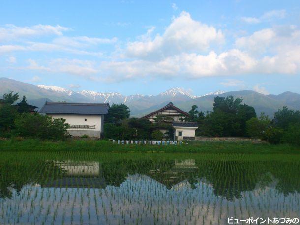 民家と土蔵と常念岳