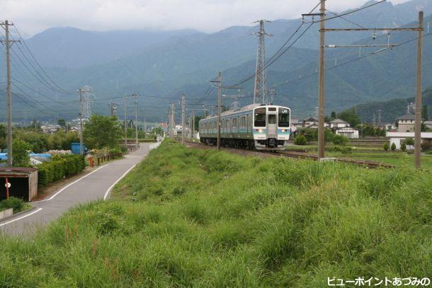 仏崎駅跡を走る大糸線