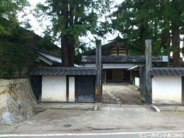冠木門と本棟造